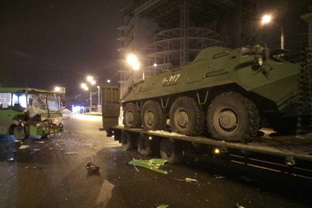 Пассажиров маршрутки напугали военными машинами в Харькове (ФОТО)