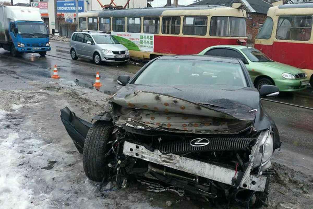 Столкнулись машина и трамвай (ФОТО)