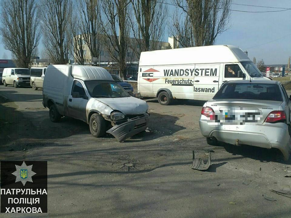 Произошло столкновение трех машин: Есть пострадавшие (ФОТО)