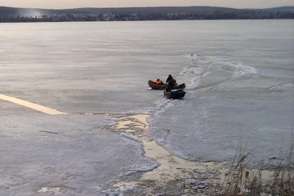 ВХарьковской области рыболовы застряли наотколовшейся льдине