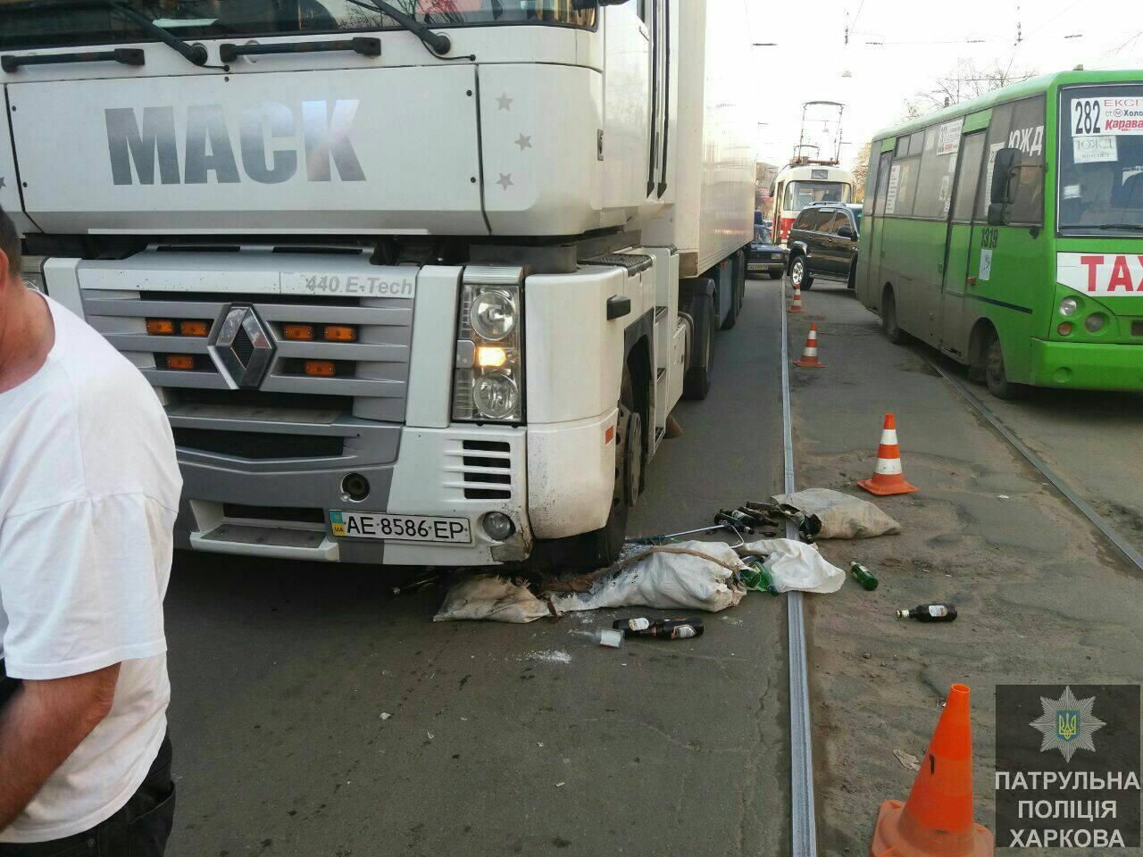 Авария: Грузовик сбил женщину (ФОТО)