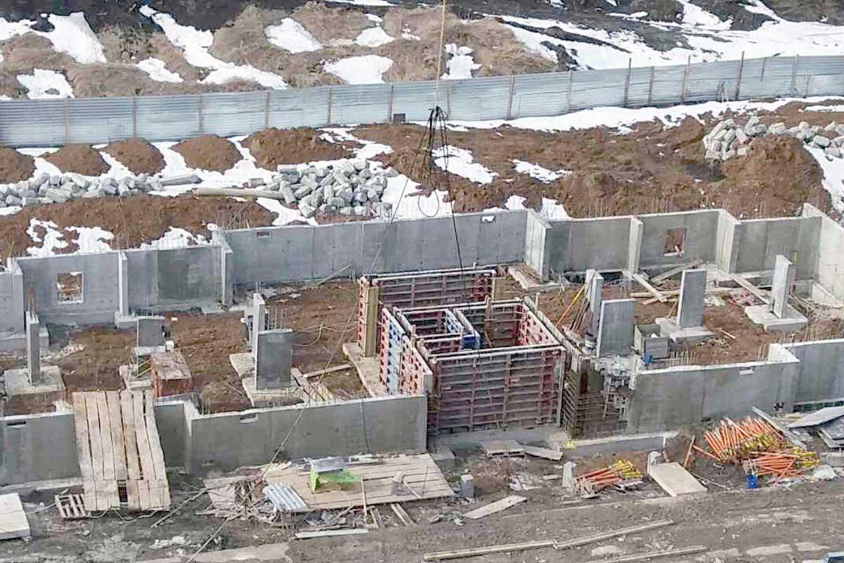 Не смотря на апрельский снег в Харькове продолжают строить (ФОТО)