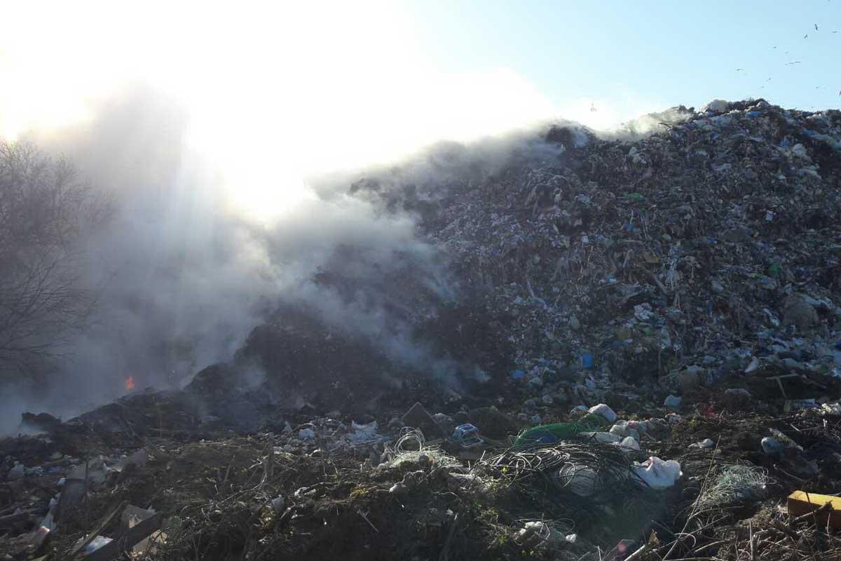 ВХарьковской области cотрудники экстренных служб сражаются спожаром наполигоне ТБО