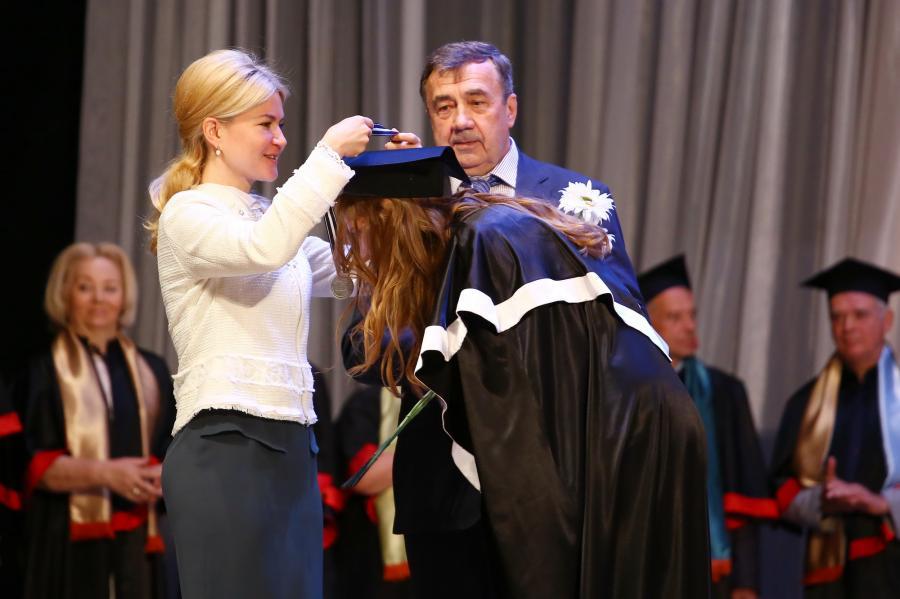 Поздравления выпускникам театрального вуза