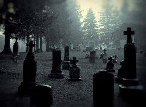 Секс ночью на кладбище
