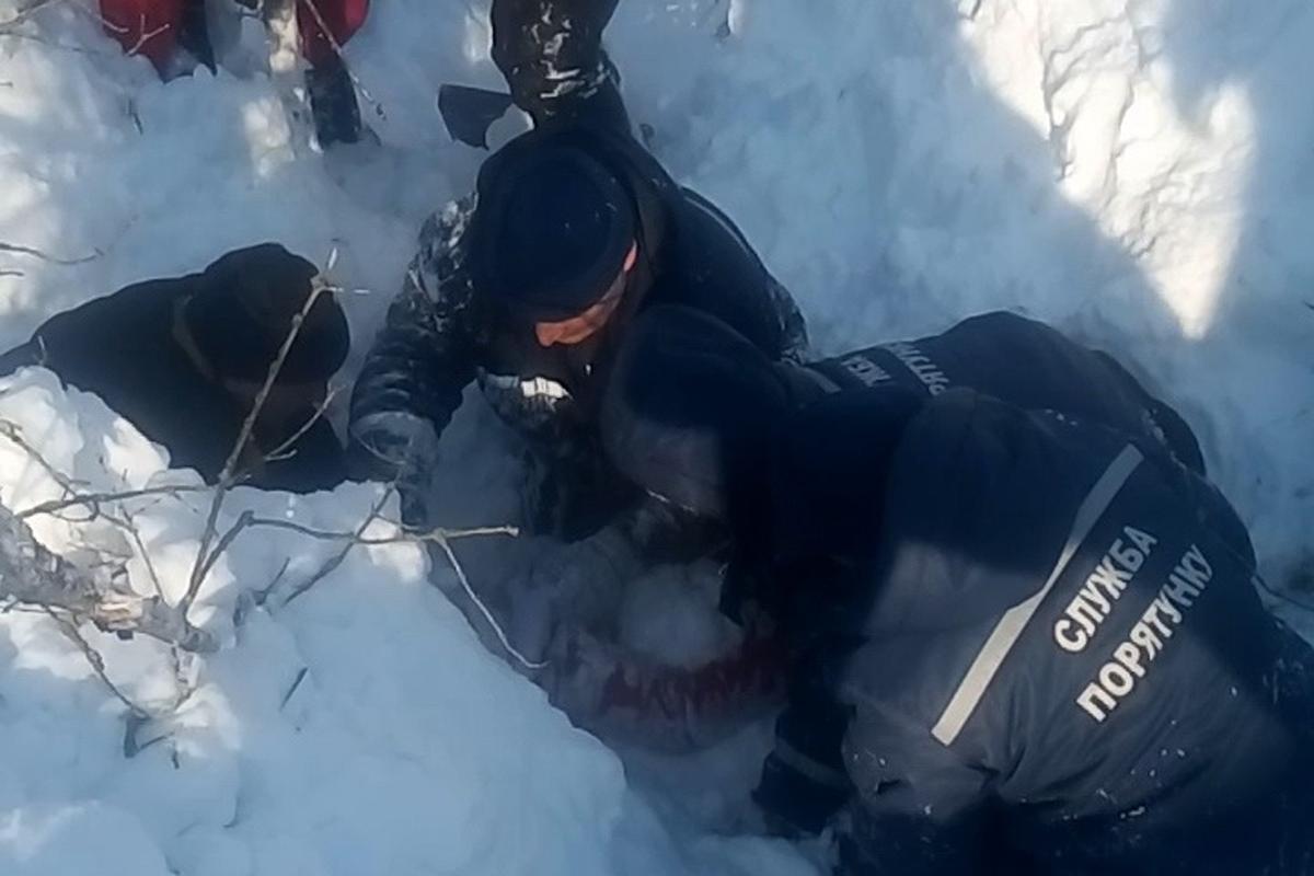 Недышал: под Харьковом из-под снежного завала достали ребенка