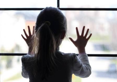 Пятилетняя девочка сбежала среди ночи от матери-алкоголички (видео ...